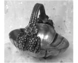 Panier miniature à anse en étain d'art