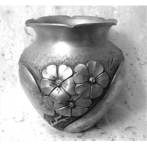 Beau vase ancien en aluminium repoussé