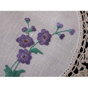 Exquis  napperon de table avec broderies de fleurs Violettes