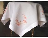 Splendeur de nappe en pur fil, brodée de fleurs de cosmos roses en soie