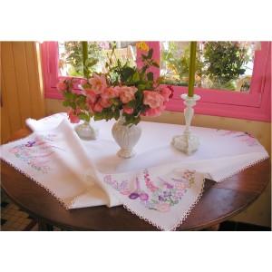 Romantique nappe brodée de fleurs d'été et d'une petite dentelle